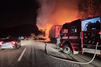 Carreta pega fogo na Castelo em São Roque